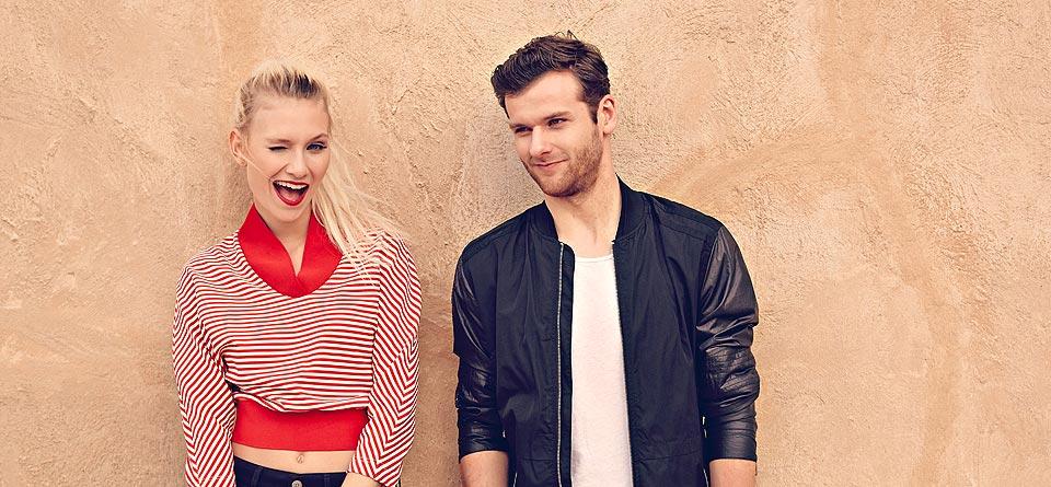 Caro und Daniel stehen an einer Wand